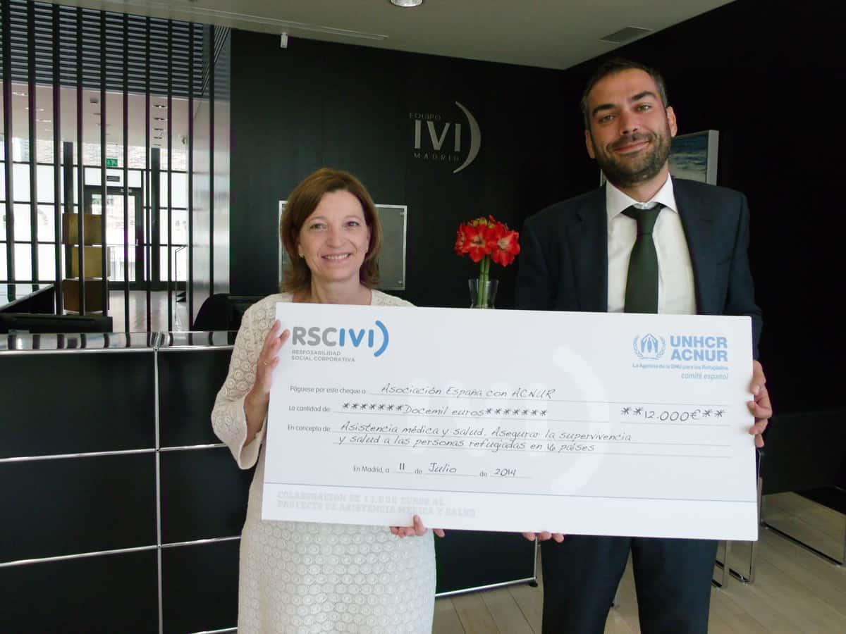 IVI entrega un cheque solidario al Comité español de ACNUR con el que se garantizarán 18.000 partos seguros
