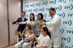 El Dr. Manuel Muñoz, Director de iVI Alicante,Luis Saurat, Director General de IVi y pacientes alicantinas celebrando el 10 cumpleaños