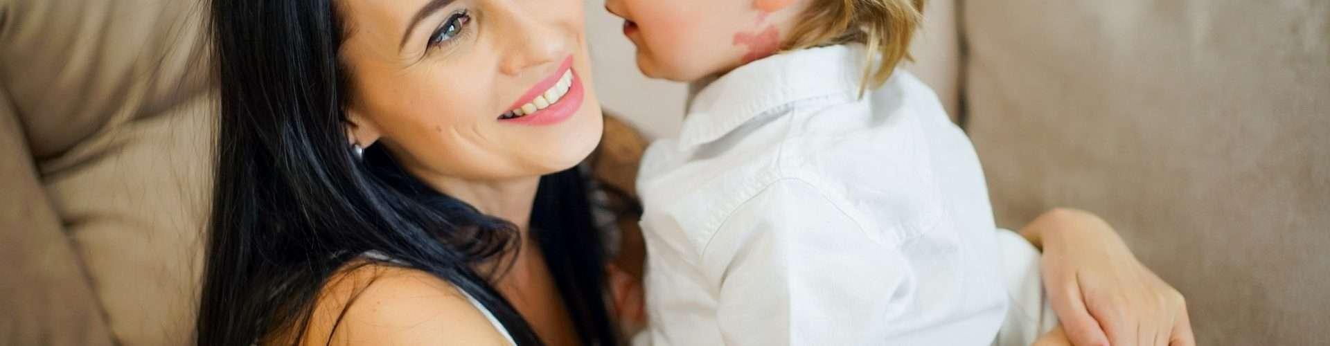 Una madre en solitario abraza a su hijo pequeño.