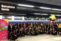 Grupo de dreamers frente al tren